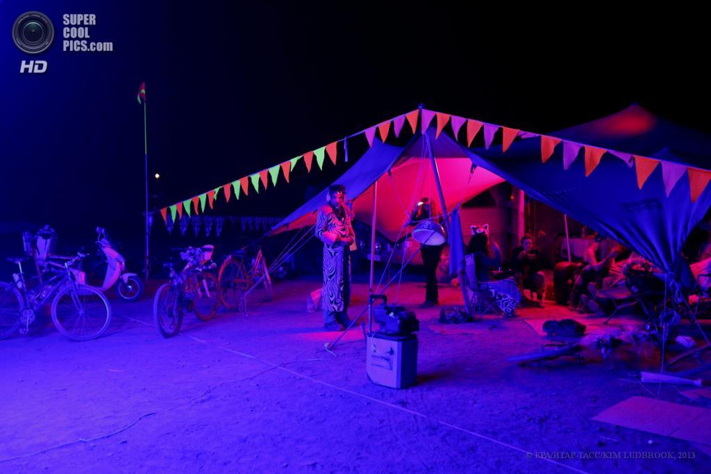 Южная Африка. Карру, Северо-Капская провинция. 6 мая. На фестивале AfrikaBurn 2013. (EPA/ИТАР-ТАСС/KIM LUDBROOK)