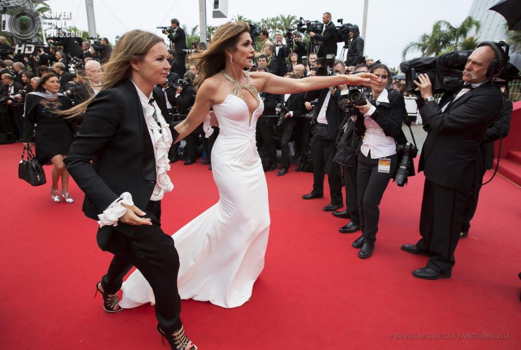 Франция. Канны. 15 мая. Ева Кавалли и Синди Кроуфорд (слева направо) на церемонии открытия 66-го Каннского кинофестиваля. (EPA/ИТАР-ТАСС/IAN LANGSDON)