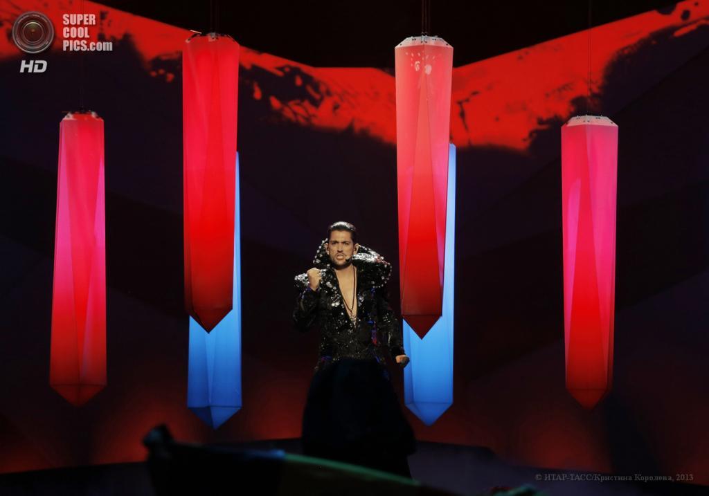 Швеция. Мальме. 16 мая. Представитель Румынии Чезар во время выступления на втором полуфинале музыкального конкурса «Евровидение-2013». (ИТАР-ТАСС/Кристина Королева)