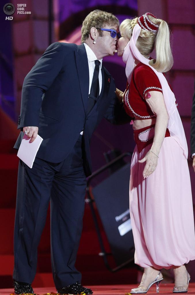 Австрия. Вена. 25 мая. Британский музыкант Элтон Джон и американская актриса Барбара Иден целуются на сцене во время церемонии открытия благотворительного «Бала жизни». (EPA/ИТАР-ТАСС/GEORG HOCHMUTH)