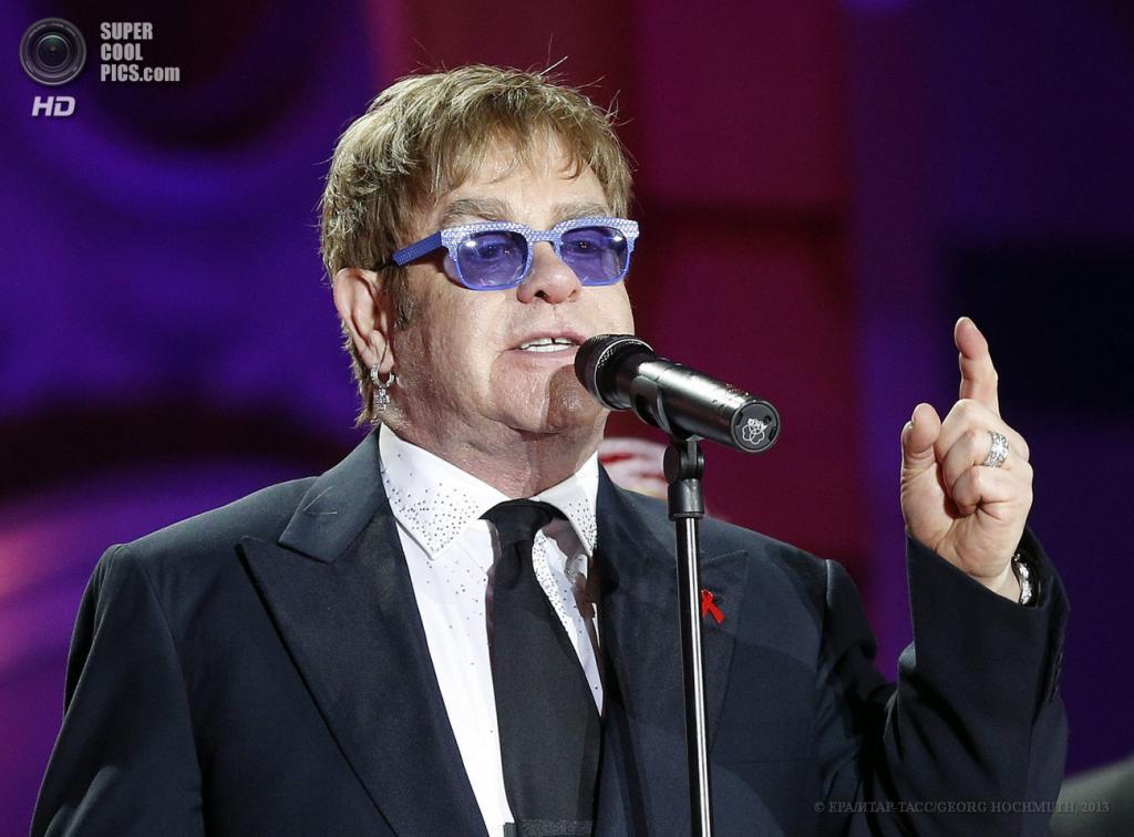 Австрия. Вена. 25 мая. Британский музыкант Элтон Джон на сцене во время церемонии открытия благотворительного «Бала жизни». (EPA/ИТАР-ТАСС/GEORG HOCHMUTH)