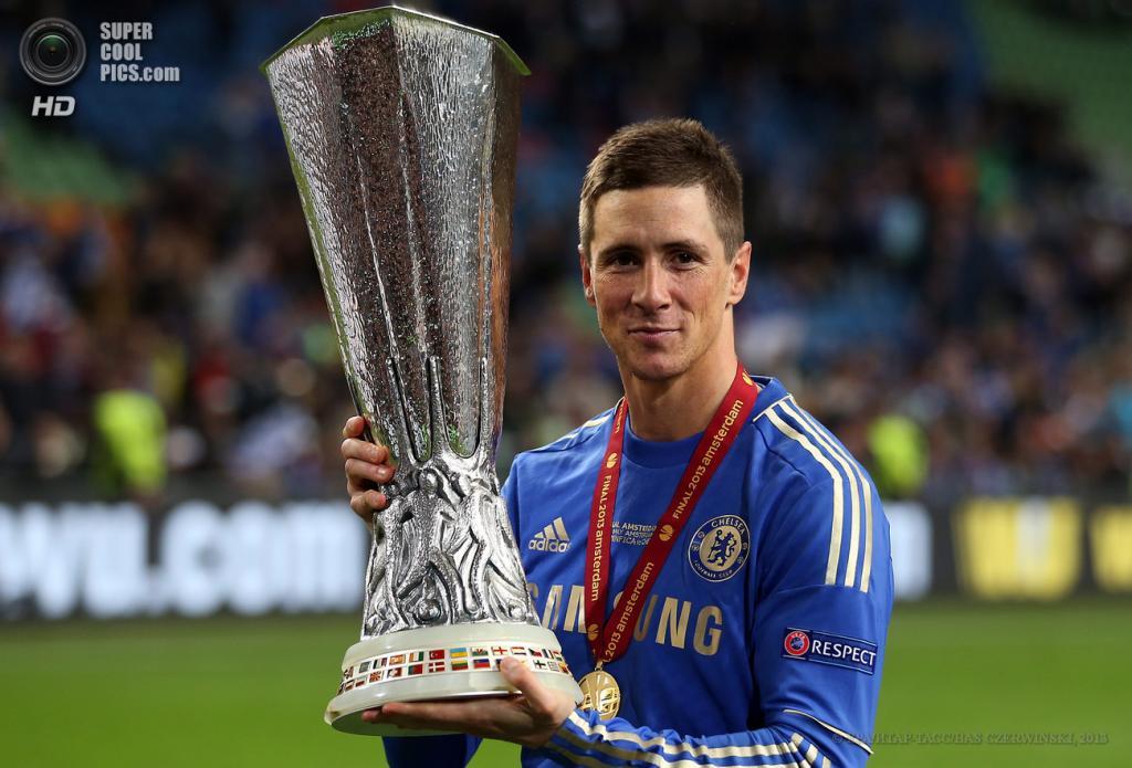 Нидерланды. Амстердам. 15 мая. Игрок «Челси» Фернандо Торрес с трофеем. (EPA/ИТАР-ТАСС/BAS CZERWINSKI)