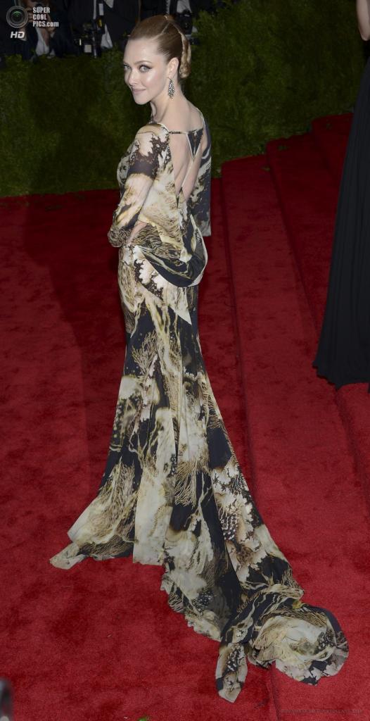 США. Нью-Йорк. 6 мая. Актриса Аманда Сейфрид в платье Givenchy. (EPA/ИТАР-ТАСС/JUSTIN LANE)