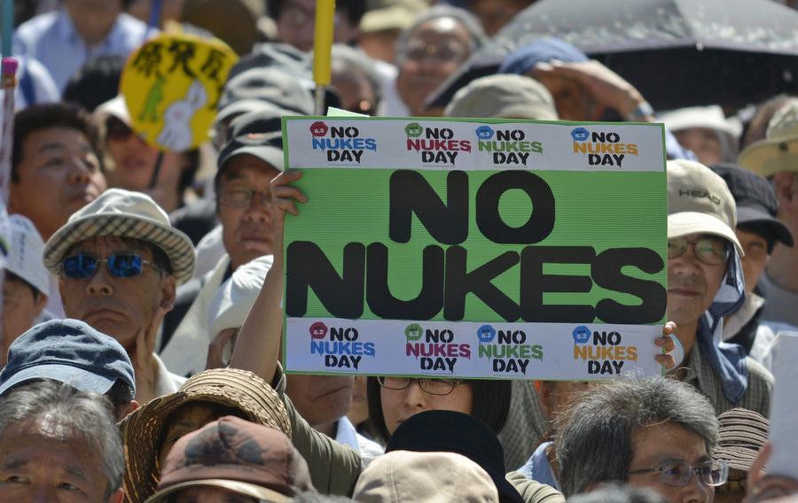 Японцы против атомной энергетики (8 фото)