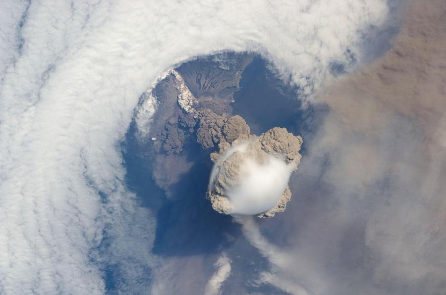Вулкан Сарычева. (NASA)