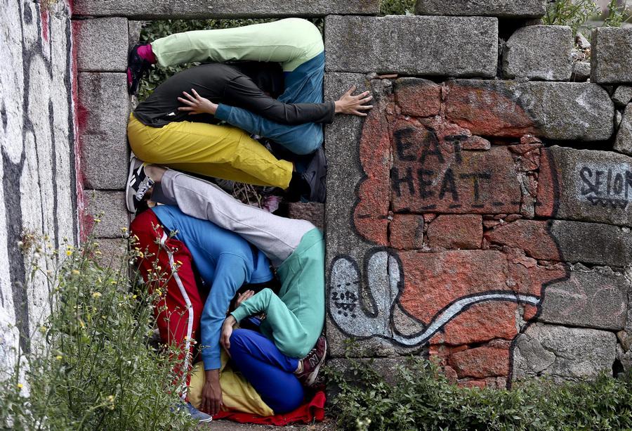 Португалия. Порту. 6 июня. Арт-проект Bodies in Urban Spaces. (EPA/ИТАР-ТАСС/JOSE COELHO)