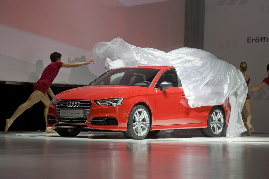 Венгрия. Дьёр. 12 июня. Танцоры снимают занавес с Audi S3 Limousine во время церемонии открытия новой производственной площадки Audi. (EPA/ИТАР-ТАСС/CSABA KRIZSAN)