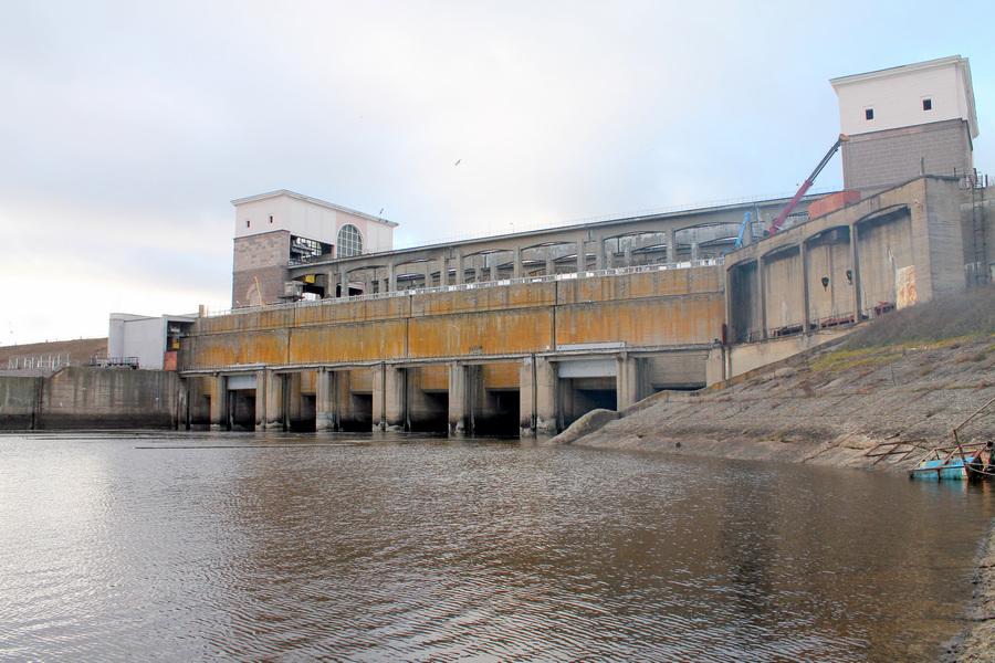 Водосбросная плотина Рыбинской ГЭС, вид с нижнего бьефа. (Сайга20К)