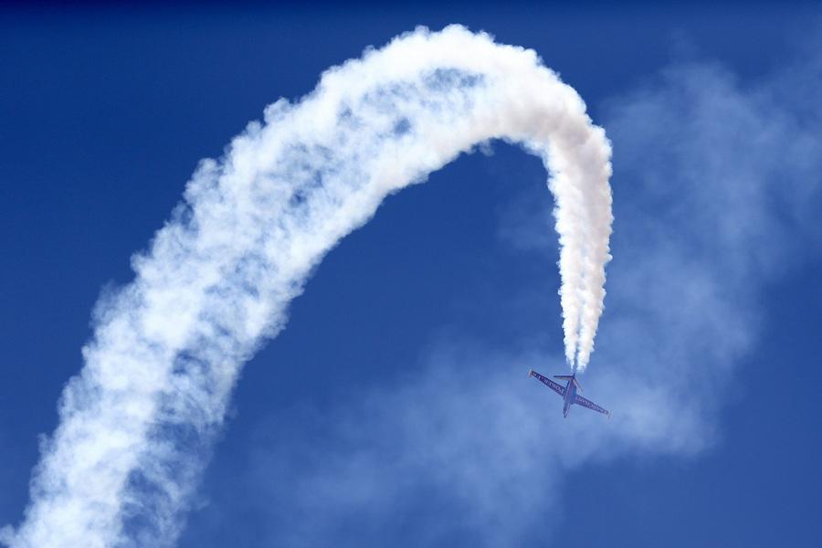 Франция. Ле-Бурже, Париж. 17 июня. Двухместный реактивный учебно-боевой самолёт Fouga СМ.170 Magister на 50-м Парижском авиашоу. (EPA/ИТАР-ТАСС/YOAN VALAT)
