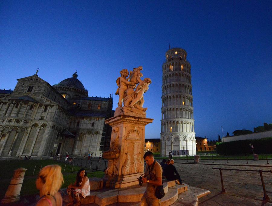 Италия. Пиза. 17 июня. Пизанская башня с иллюминацией внутри. (EPA/ИТАР-ТАСС/FRANCO SILVI)