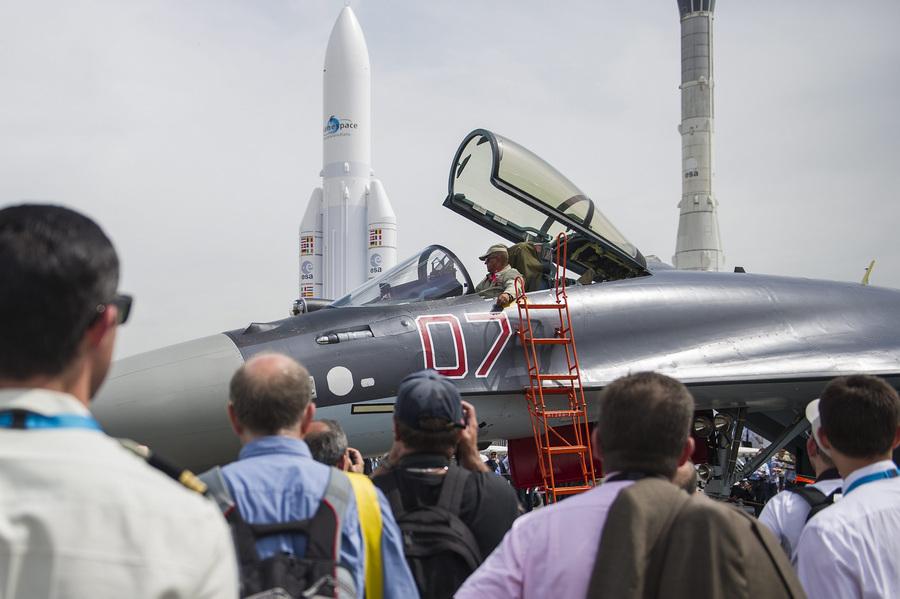 Франция. Ле-Бурже, Париж. 18 июня. Многоцелевой истребитель Су-35С на 50-м Парижском авиасалоне. (ИТАР-ТАСС/ETIENNE LAURENT)