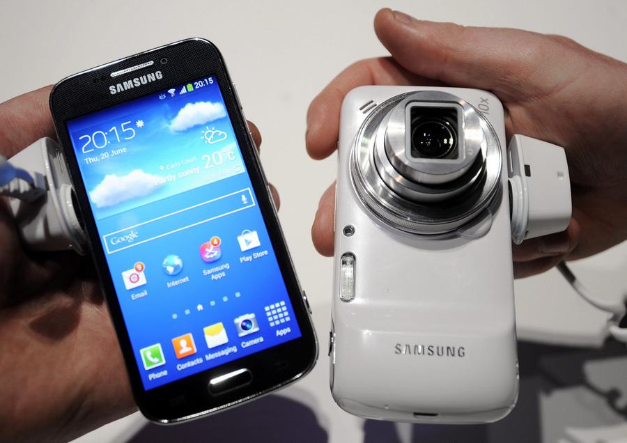 Великобритания. Лондон. 20 июня. Посетители рассматривают смартфоны Samsung S4 Zoom во время презентации новых гаджетов Samsung в выставочном центре «Эрлс Корт». (EPA/ИТАР-ТАСС/FACUNDO ARRIZABALAGA)