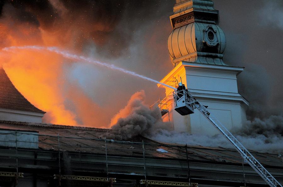 Латвия. Рига. 21 июня. Во время тушения пожара в Рижском замке. (EPA/ИТАР-ТАСС/GINTS IVUSKANS)