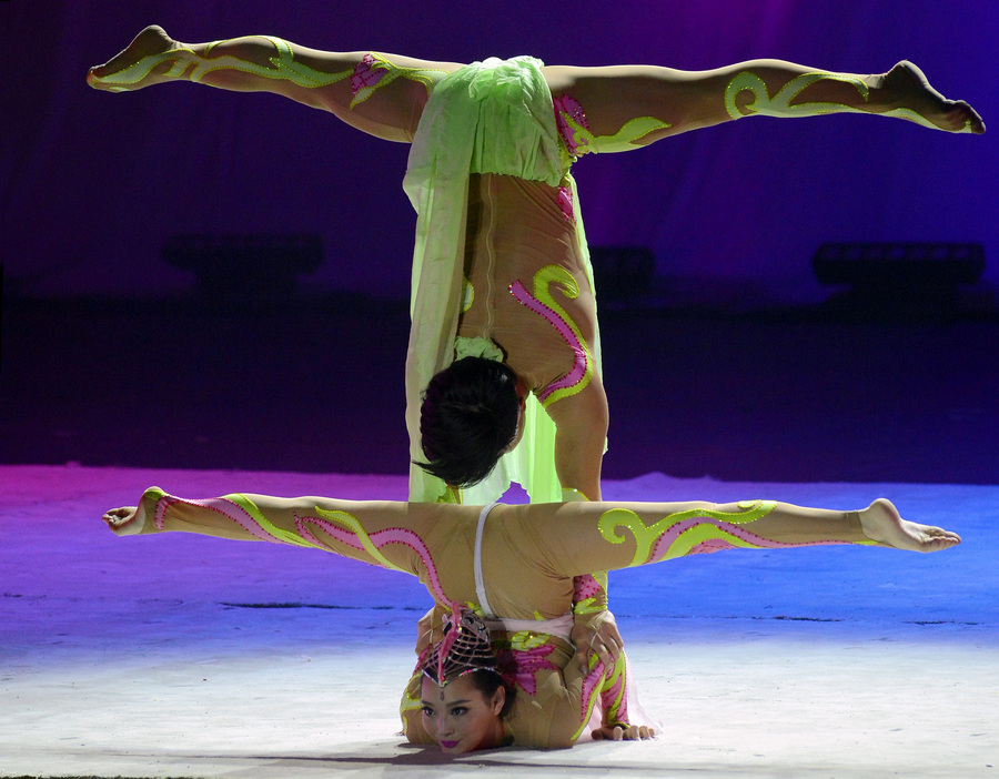 Фокусы китайских акробатов (8 фото)