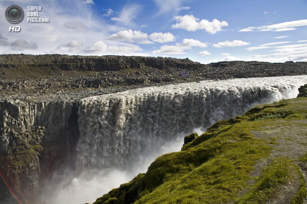 Исландия. Водопад Деттифосс в национальном парке Йёкульсаурглювуре. (Ernie Trölf)