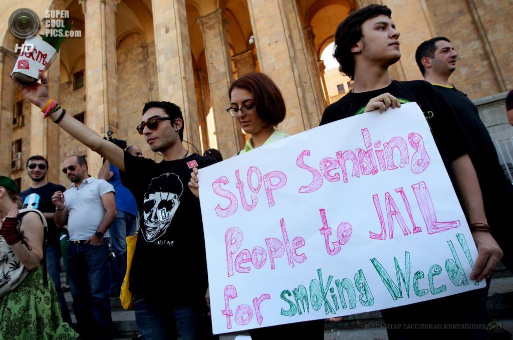 Грузия. Тбилиси. 2 июня. Во время акции в поддержку легализации марихуаны. (EPA/ИТАР-ТАСС/ZURAB KURTSIKIDZE)