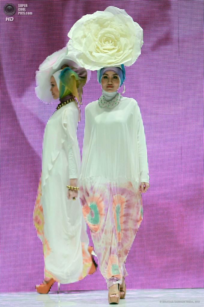 Индонезия. Джакарта. 2 июня. Во время показа новой коллекции Dian Pelangi. (EPA/ITAR-TASS/ADI WEDA)