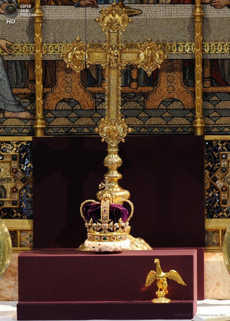 Великобритания. Лондон. 4 июня. Корона святого Эдуарда или Корона Англии, изготовленная ювелиром Робертом Винером в 1661 году. Именно это ювелирное украшение красовалось на голове Елизаветы II во время коронации в 1953 году. (EPA/ИТАР-ТАСС/Anthony Devlin)