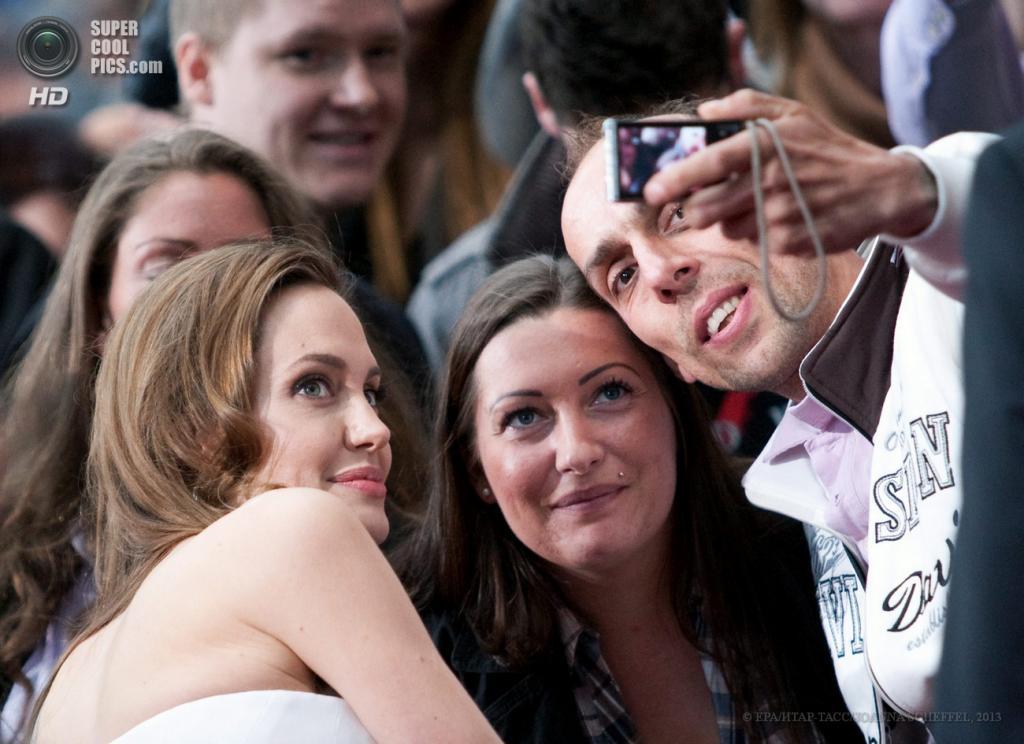 Германия. Берлин. 4 июня. Актриса Анджелина Джоли на премьере фильма «Война миров Z». (EPA/ИТАР-ТАСС/JOANNA SCHEFFEL)