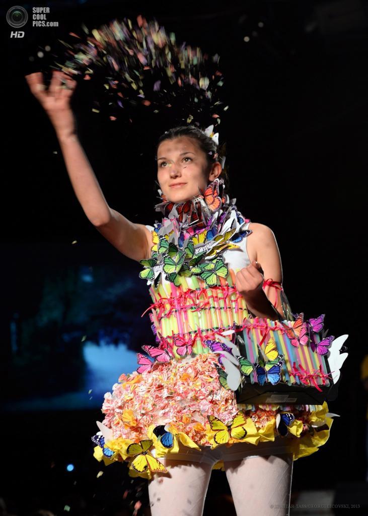 Македония. Скопье. 5 июня. Во время презентации одежды из мусора Trash Fashion Show. (EPA/ITAR-TASS/GEORGI LICOVSKI)