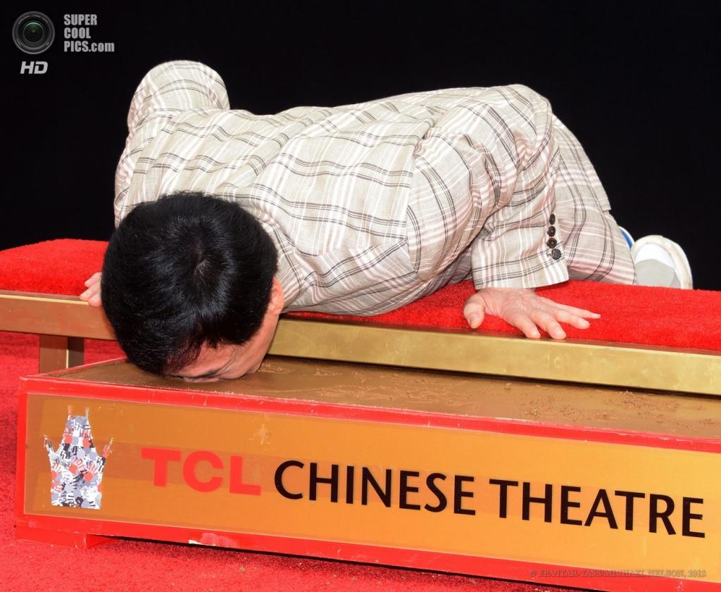 США. Голливуд, Лос-Анджелес, Калифорния. 6 июня. Актёр Джеки Чан оставляет отпечатки носа на цементе у Китайского театра Граумана. (EPA/ITAR-TASS/MICHAEL NELSON)