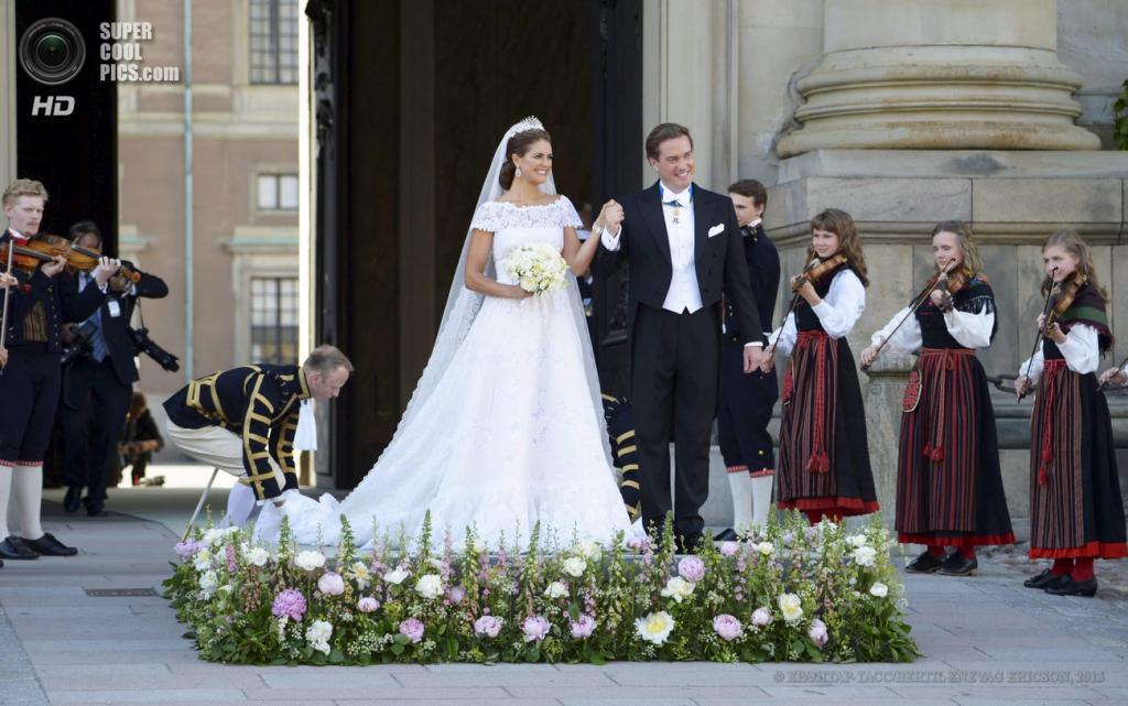 Швеция. Стокгольм. 8 июня. Молодожены слушают музыку после окончания церемонии бракосочетания у часовни королевского дворца. (EPA/ИТАР-ТАСС/BERTIL ENEVAG ERICSON)
