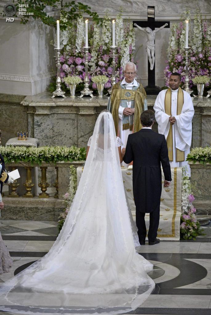 Швеция. Стокгольм. 8 июня. Во время церемонии бракосочетания принцессы Мадлен и Кристофера О'Нилла. (EPA/ИТАР-ТАСС/ANDERS WIKLUND)