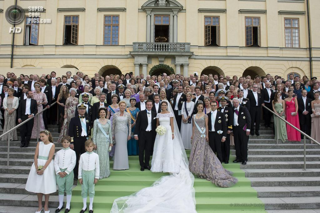 Швеция. Стокгольм. 8 июня. Молодожены и гости позируют у дворца Дроттнингхольма. (EPA/ИТАР-ТАСС/BJORN LARSSON ROSVALL)