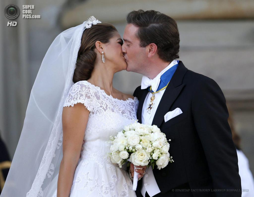 Швеция. Стокгольм. 8 июня. Молодожены целуются после окончания церемонии бракосочетания у часовни королевского дворца. (EPA/ИТАР-ТАСС/BJORN LARSSON ROSVALL)