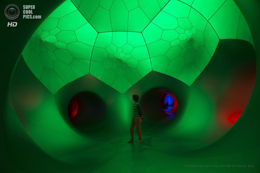Швейцария. Женева. 11 июня. Посетители внутри надувной скульптуры британского художника Алана Паркинсона «Luminarium», установленной у штаб-квартиры ООН. (EPA/ИТАР-ТАСС/SALVATORE DI NOLFI)