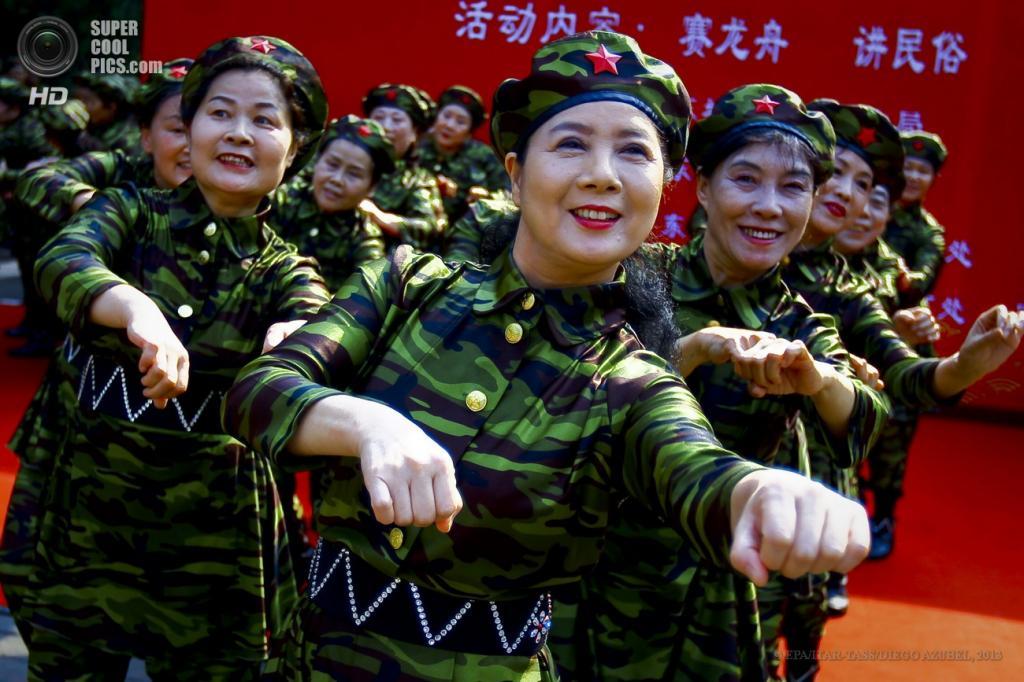 Китай. Пекин. 12 июня. Во время выступления членов команды Sunshine Cultural Troupe. (EPA/ITAR-TASS/DIEGO AZUBEL)
