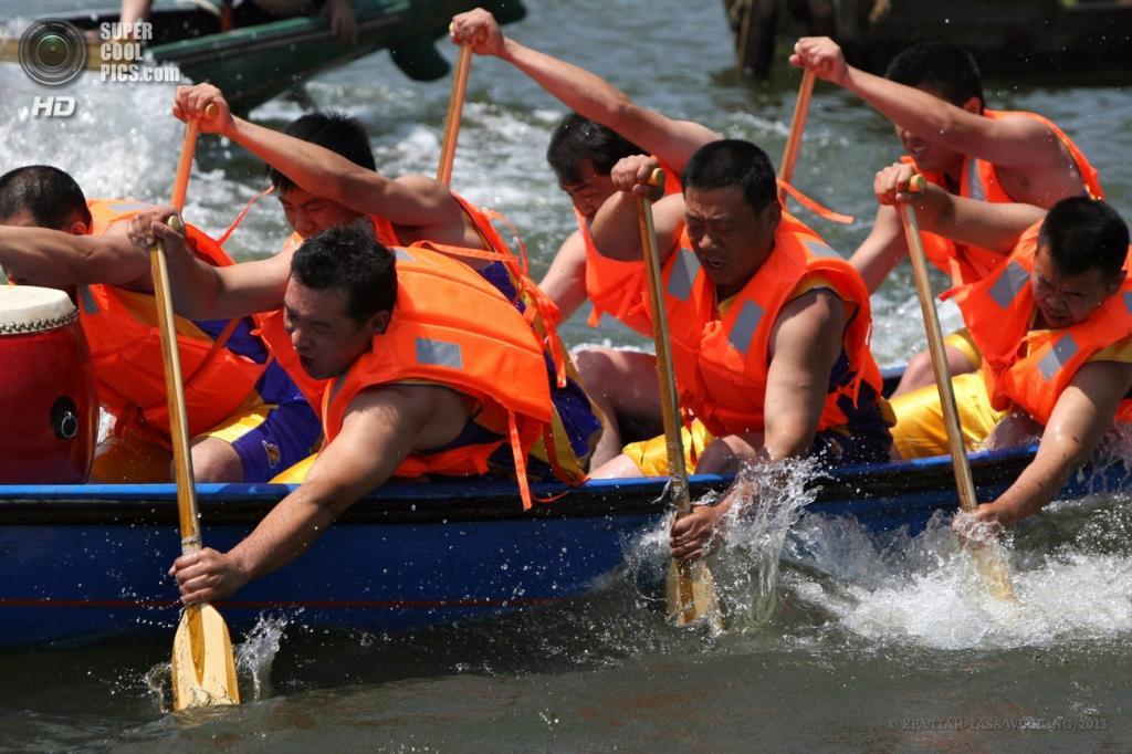 Китай. Пекин. 12 июня. Во время соревнования в гребле на лодках. (EPA/ITAR-TASS/WU HONG)
