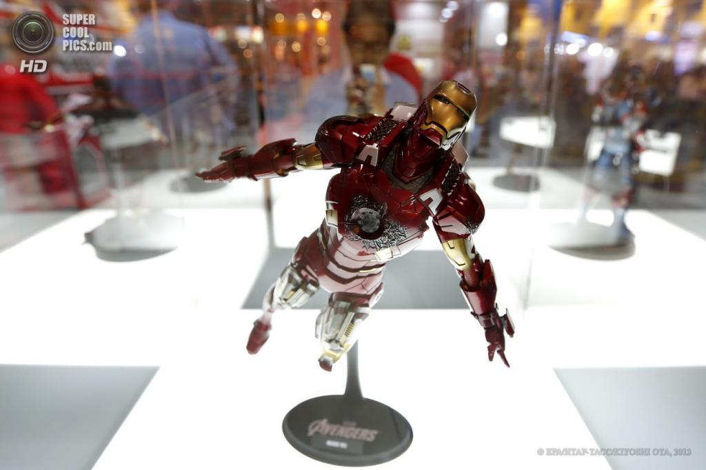 Япония. Токио. 13 июня. Подвижная фигурка «The Avengers Iron Man Mark VII» от Hot Toys Japan на выставке Tokyo Toy Show 2013. (EPA/ИТАР-ТАСС/KIYOSHI OTA)