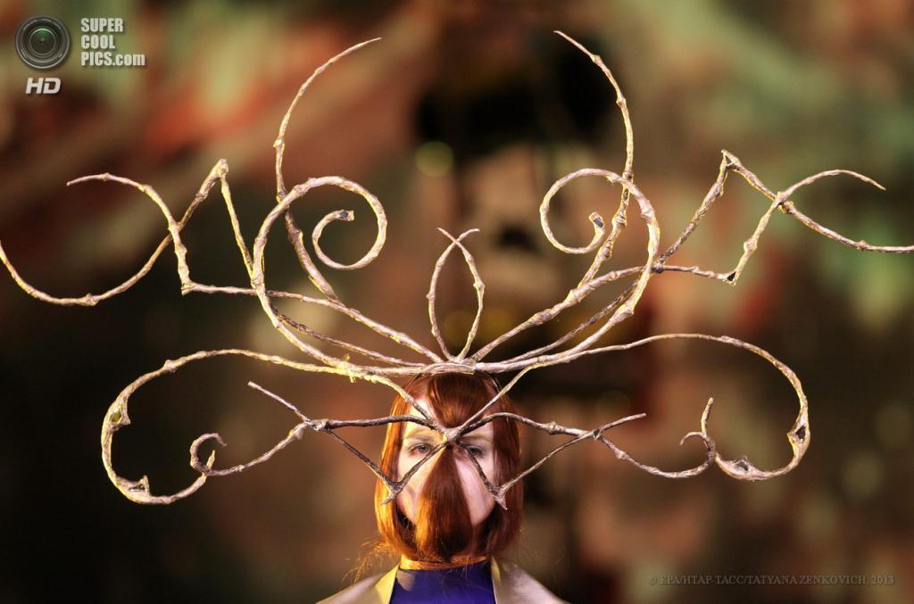 Белоруссия. Минск. 15 июня. Во время 13-го Международного фестиваля современного искусства и авангардной моды «Мамонт». (EPA/ИТАР-ТАСС/TATYANA ZENKOVICH)