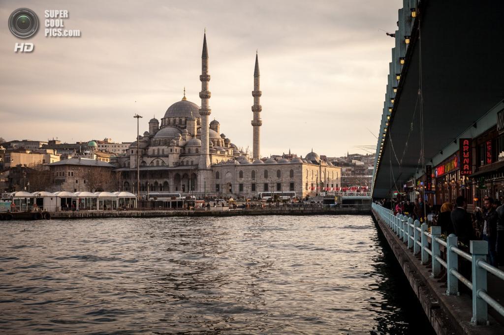 Йени-Джами (также известна как Новая мечеть) — классическое воплощение османской архитектуры. Здание расположено в районе Эминёню близ Галатского моста. Дата строительства: 1597—1663 годы. (Mattia Panciroli)