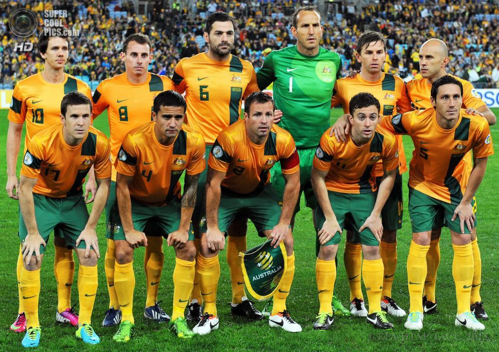 Австралия. Сидней, Новый Южный Уэльс. 18 июня. Футболисты сборной Австралии на традиционной фотосессии перед началом матча. (EPA/ИТАР-ТАСС/PAUL MILLER)
