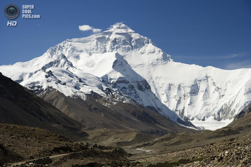 На границе Непала и Китая. Горная система Гималаи. Джомолунгма или Эверест. Высота вершины 8848 м. (Luca Galuzzi)