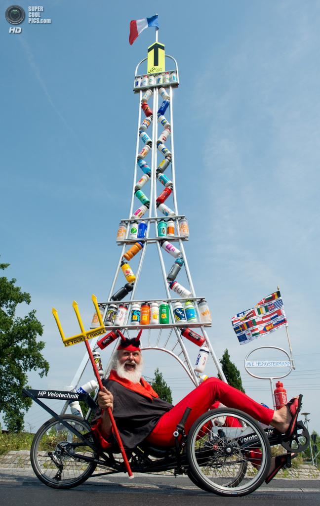 Германия. Шторков, Бранденбург. 20 июня. Диди Зенфт на самодельном велосипеде «Tour Teufel». (EPA/ИТАР-ТАСС/PATRICK PLEUL)