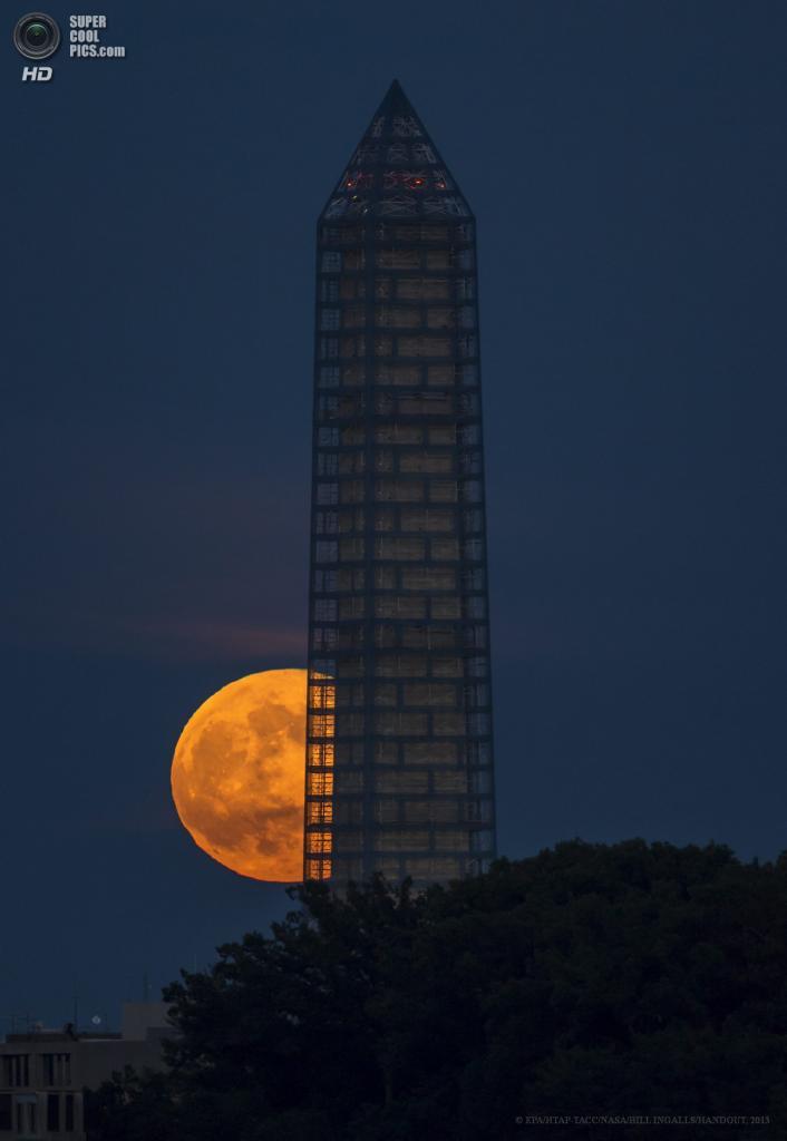 США. Вашингтон, округ Колумбия. 23 июня. Монумент Вашингтона на фоне суперлуния. (EPA/ИТАР-ТАСС/NASA/BILL INGALLS/HANDOUT)