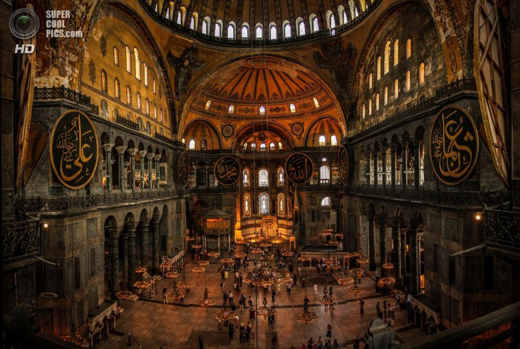 После завоевания Константинополя султаном Мехмедом II собор стал мечетью и не был разрушен, хотя к этому были все предпосылки. (Ondra Anderle)