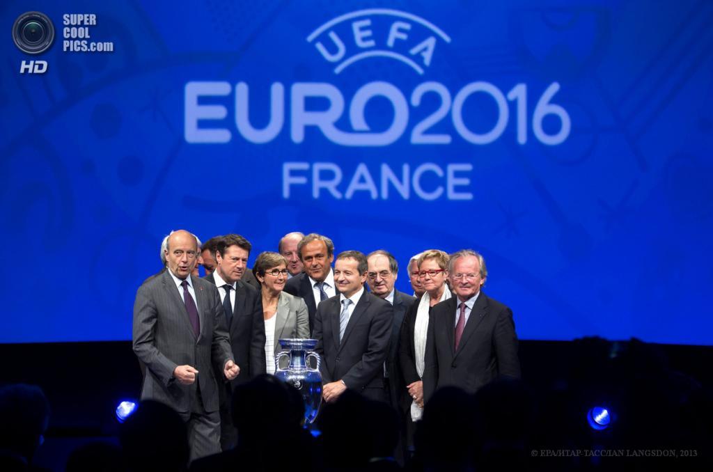 Франция. Париж. 26 июня. Президент УЕФА Мишель Платини (в центре), президент Федерации футбола Франции Ноэль Ле Граэ (четвертый справа) и мэры принимающих городов на презентации логотипа Евро-2016, который пройдет во Франции. (EPA/ИТАР-ТАСС/IAN LANGSDON)