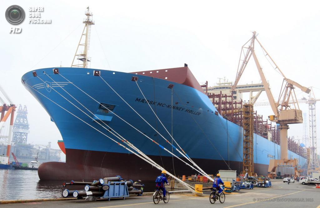 Южная Корея. Кодже, Кёнсан-Намдо. 26 июня. Новый контейнеровоз Mærsk Mc-Kinney Møller, построенный в доках Daewoo Shipbuilding & Marine Engineering. Он может перевозить 18 270 20-футовых ISO-контейнеров, что делает его самым большим судном этого класса в мире. (EPA/ИТАР-ТАСС/YONHAP)