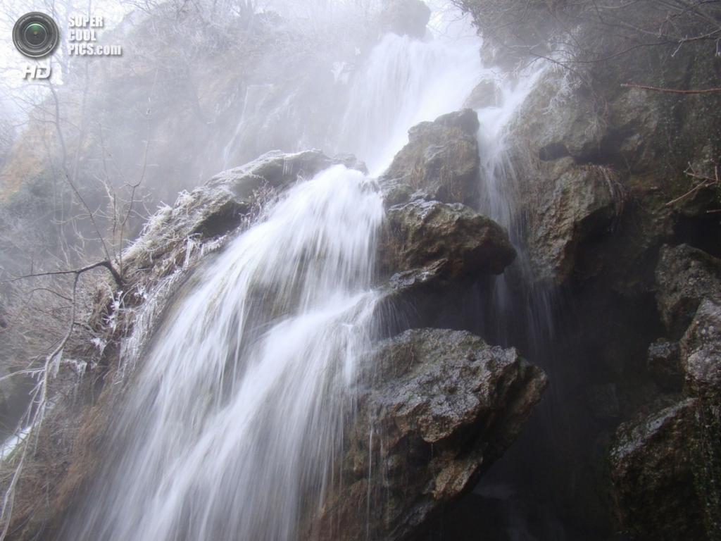 Водопад Су-Учхан. Расположен на реке Кызылкобинка, которая вытекает из пещеры Кызыл-Коба и срывается с туфовой площадки высотой 25 метров. (kradushka)