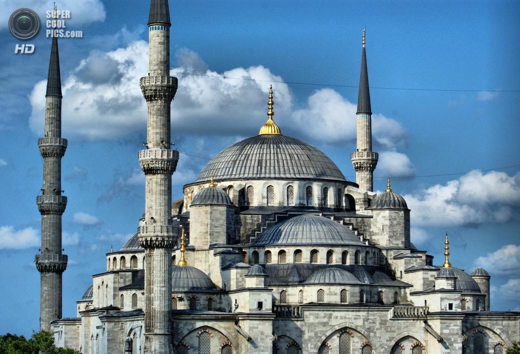 В арсенале Голубой мечети имеется шесть минаретов вместо традиционных четырех. По легенде султан приказал построить стандартное количество минаретов, но архитектор что-то напутал и построил шесть. (David Spender)