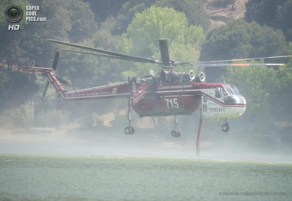 США. Санта-Кларита, Калифорния. 2 июня. Во время устранения природных пожаров. (EPA/ITAR-TASS/STUART PALLEY)
