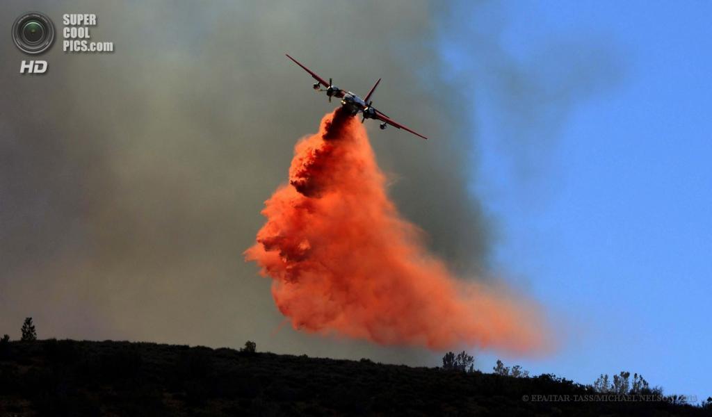 США. Ланкастер, Калифорния. 3 июня. Во время устранения природных пожаров. (EPA/ITAR-TASS/MICHAEL NELSON)