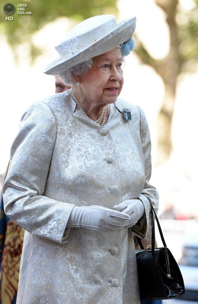 Великобритания. Лондон. 4 июня. Елизавета II перед началом торжественной службы в Вестминстерском аббатстве в честь 60-й годовщины ее коронации. (EPA/ИТАР-ТАСС/ANDY RAIN)
