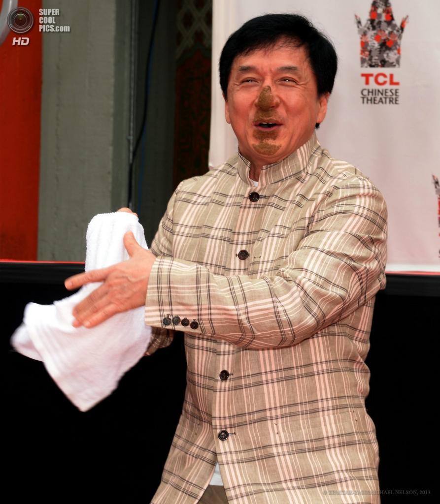 США. Голливуд, Лос-Анджелес, Калифорния. 6 июня. Актёр Джеки Чан после процедуры у Китайского театра Граумана. (EPA/ITAR-TASS/MICHAEL NELSON)