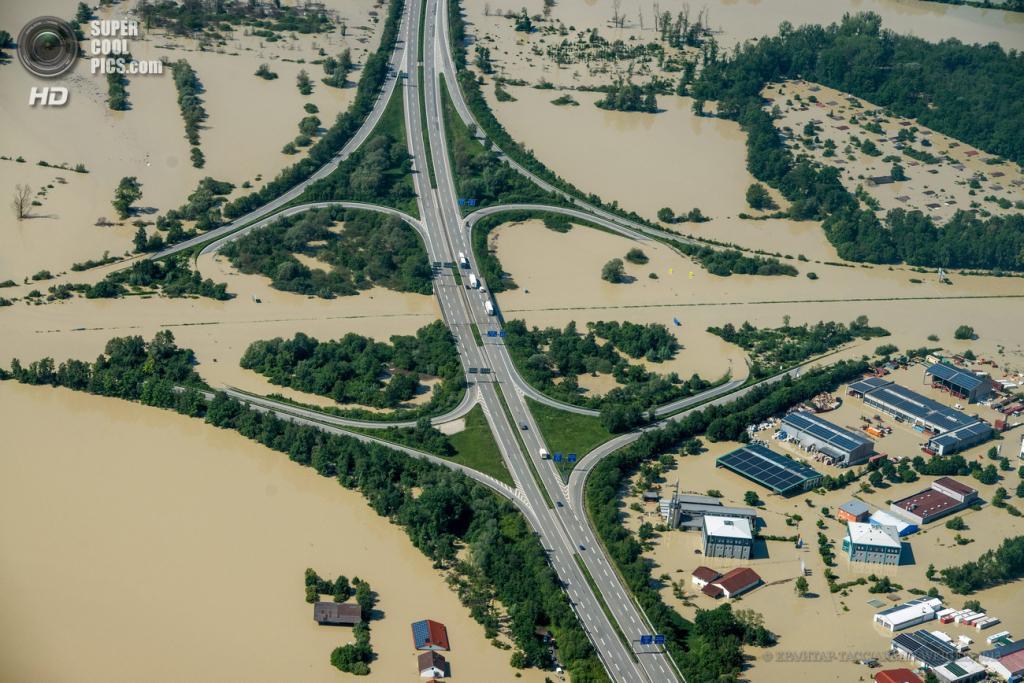 Германия. Деггендорф, Бавария. 5 июня. Последствия наводнения. (EPA/ИТАР-ТАСС/ARMIN WEIGEL)