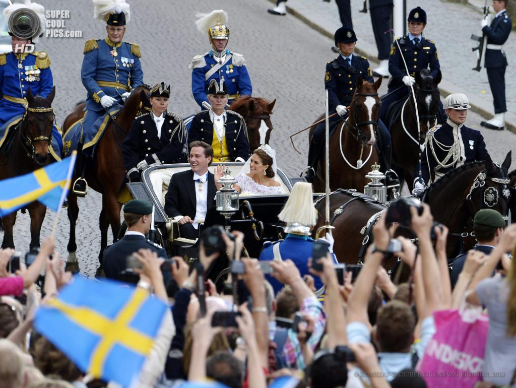 Швеция. Стокгольм. 8 июня. Карета с молодоженами едет по центру города. (EPA/ИТАР-ТАСС/BERTIL ENEVAG ERICSON)